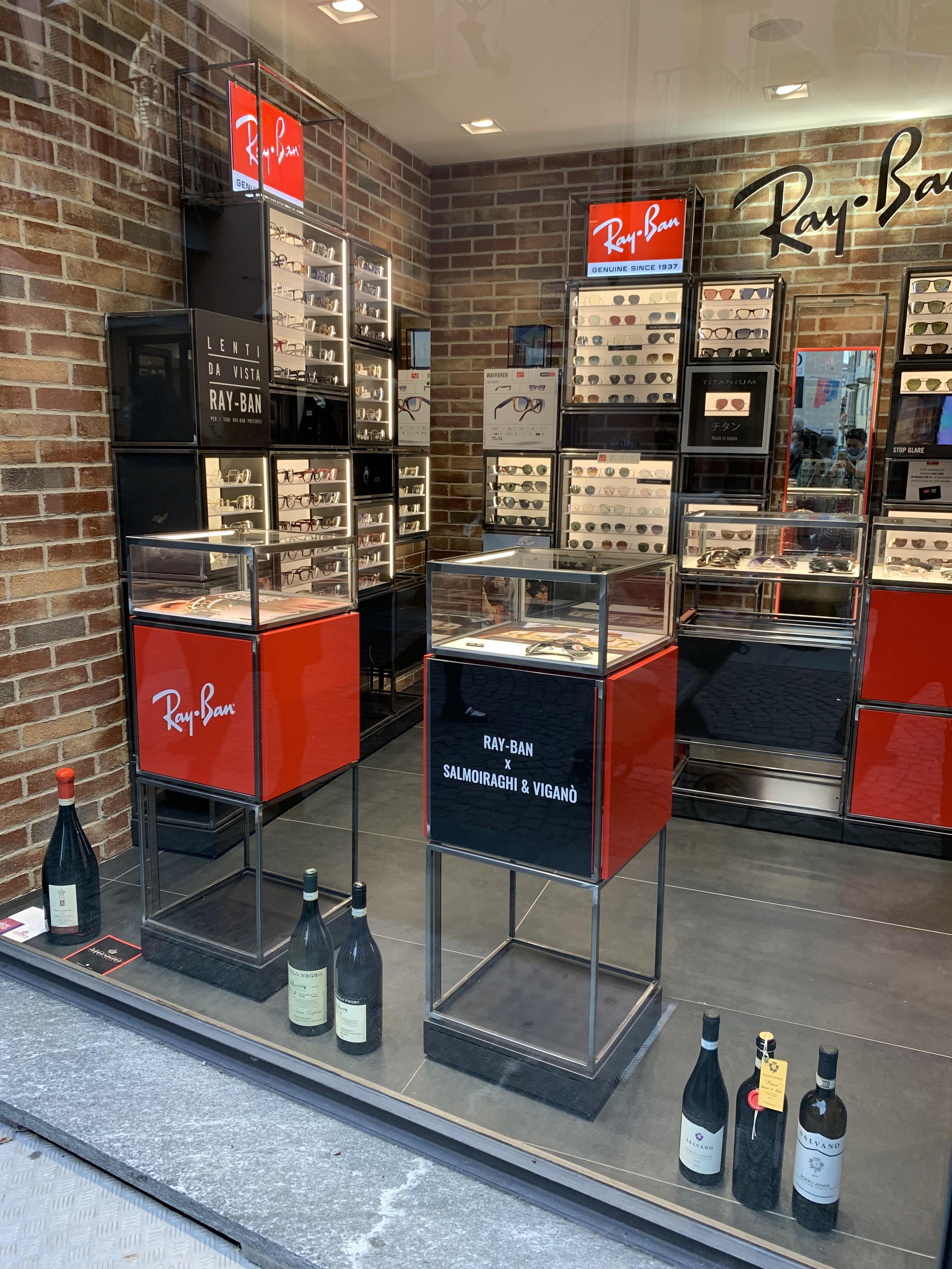 Rayban Mağazası Vitrinindeki Şaraplar